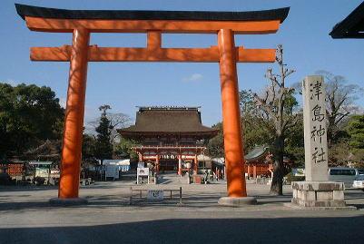 津島神社の東鳥居と楼門の写真